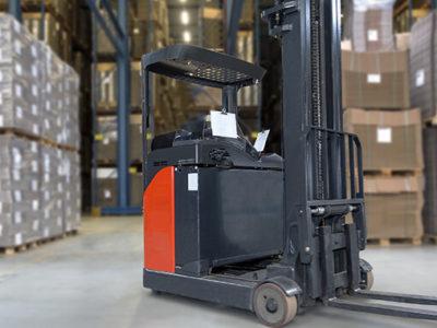 出荷時の作業効率を上げるリーチ式フォークリフトとは?小回りが利いて狭い場所でも便利
